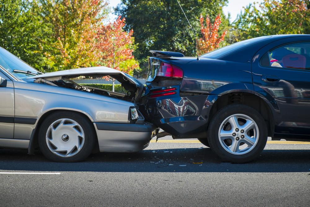 dwa auta mające wypadek na ulicy