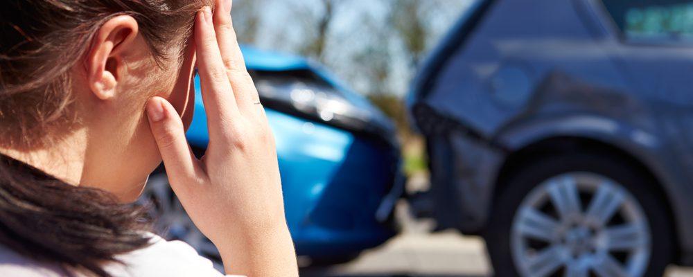 kobieta przerażona po wypadku drogowym