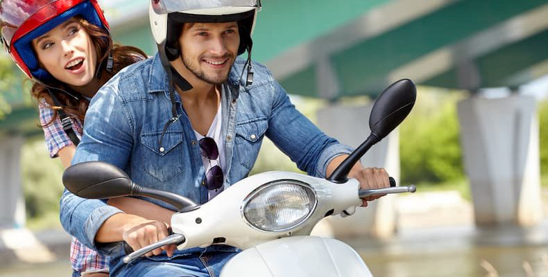 Młoda para jedzie na motocyklu