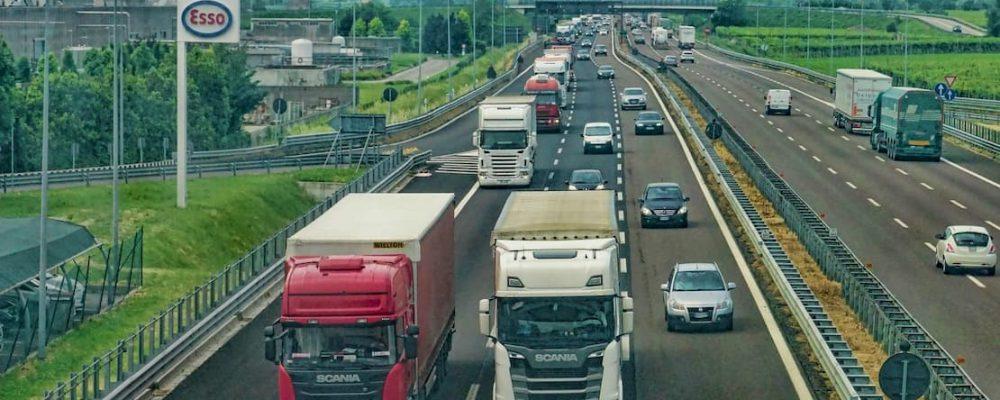 samochody ciężarowe na autostradzie