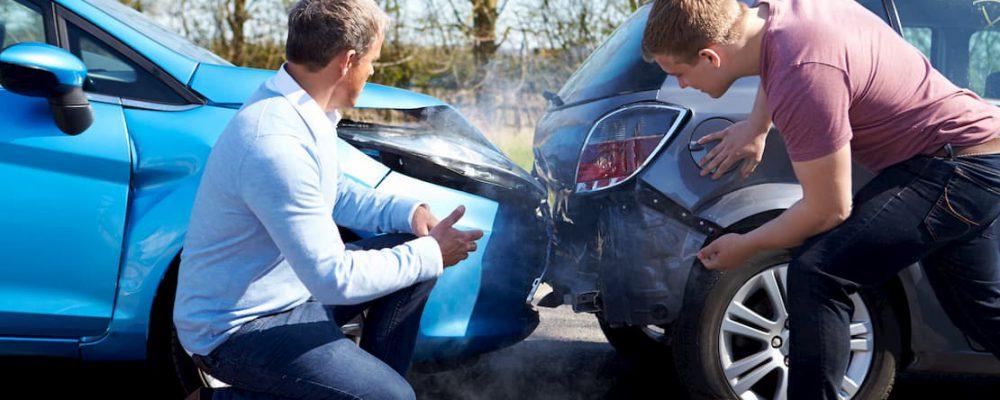Kierowcy sprawdzają stan pojazdów po kolizji drogowej