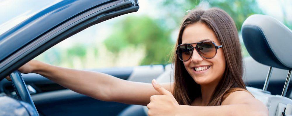 Kobieta za kierownicą kabrioletu