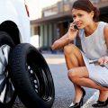 Kobieta wzywa przez telefon pomoc drogową