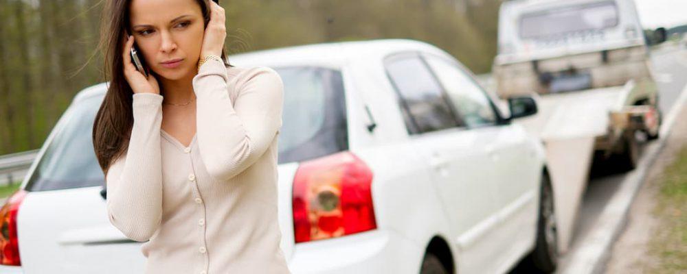 Kobieta dzwoni w sprawie holowania pojazdu