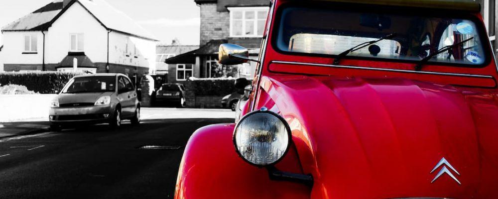 Czerwony Citroen zaparkowany na poboczu drogi