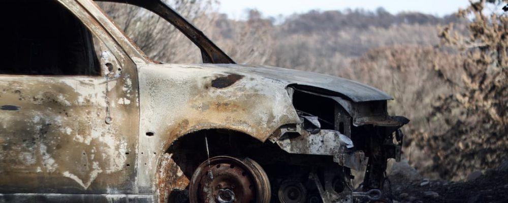 Samochód całkowicie zniszczony przez pożar
