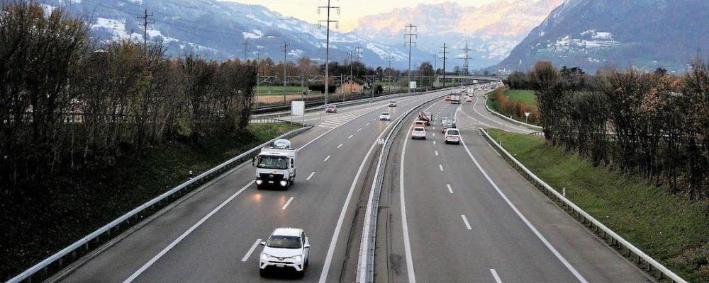 Samochody na autostradzie w Szwajcarii