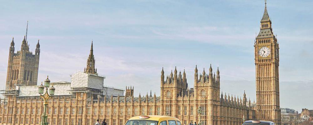 Samochody na ulicy w Londynie