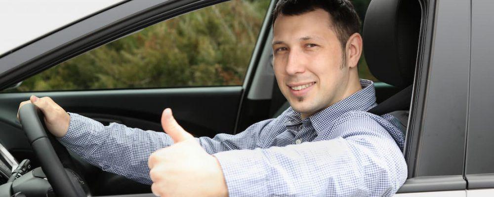 Uśmiechnięty kierowca samochodu