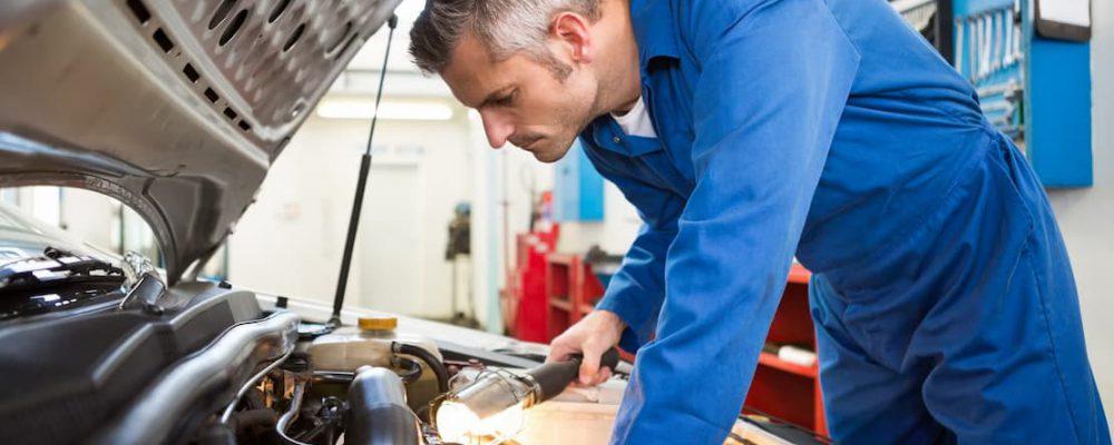 Mechanik naprawia samochód