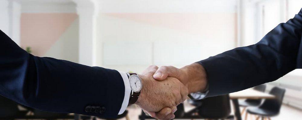 Uścisk dłoni podczas podpisywania ugody